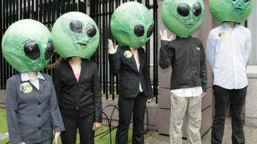 Protesters, dressed as aliens, call for genuine climate change solutions as they try to gain entry into the ongoing high-level dialogue on climate change at the Asian Development Bank headquarters in Manila June 16, 2009. REUTERS/Cheryl Ravelo (PHILIPPINES CONFLICT ENVIRONMENT IMAGES OF THE DAY)