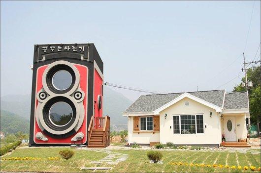 giant-rolleiflex-camera-coffee-shop-building-dreamy-3